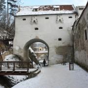 konkurs przechodzenia przez bramę po śliskiej ścieżce i niewpadania do potoku