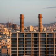 widok ogólny miasta, z uwzględnieniem dawnej elektrowni przy Paral-lel oraz Sagrady Familii w trzecim planie.