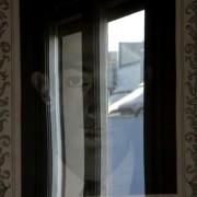 a to Dalí w pokoju z oknem.