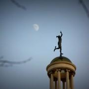 Hermes gra w Księżyc.